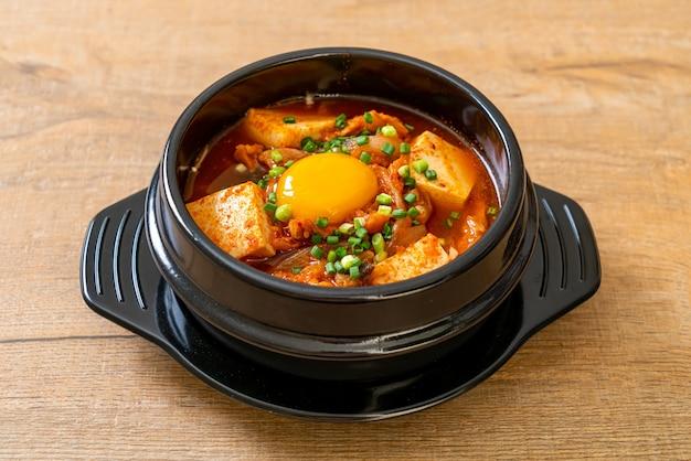 «кимчи чжигаэ» или суп кимчи с тофу и яйцом или тушеное кимчи по-корейски - традиционный корейский стиль