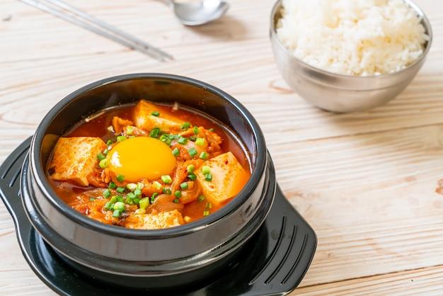 「キムチチゲ」または豆腐と卵のキムチスープまたは韓国のキムチシチュー-韓国料理の伝統的なスタイル