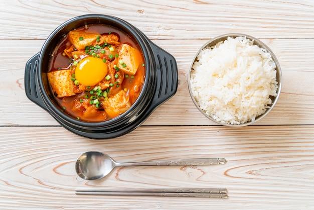 김치 찌개 또는 두부와 계란을 곁들인 김치 스프 또는 한국 김치 찌개