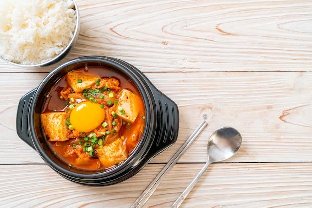 '김치 찌개'또는 두부와 계란을 곁들인 김치국 또는 김치 찌개