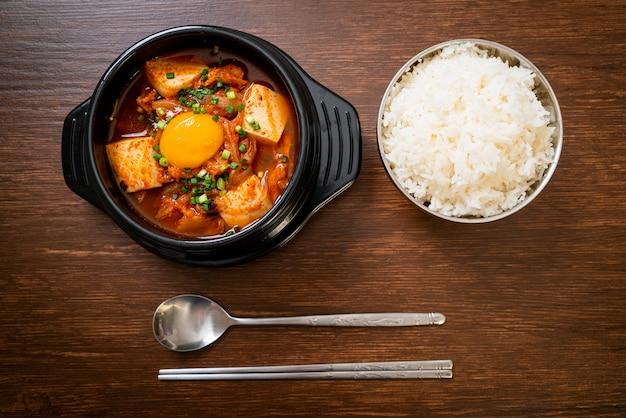 「キムチチゲ」またはキムチスープと豆腐と卵