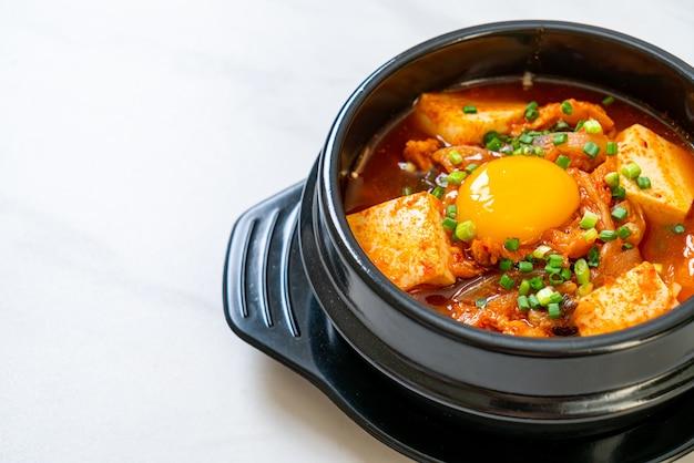 '김치 찌개'또는 두부와 계란이 들어간 김치국