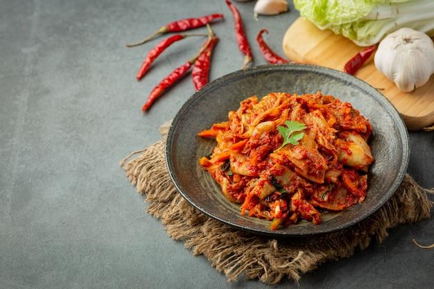 Кимчи готово к употреблению в черной тарелке
