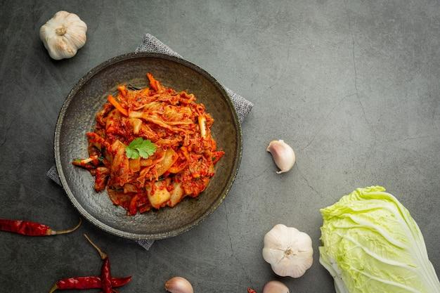 검은 접시에 먹을 준비가 된 김치