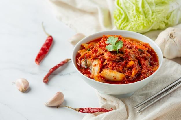 그릇에 먹을 준비가 된 김치