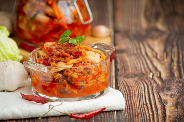 Кимчи готово к употреблению в миске
