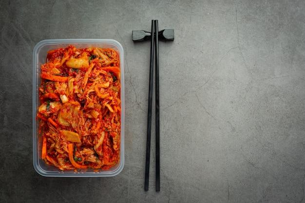 플라스틱 상자에서 먹을 준비가 된 김치