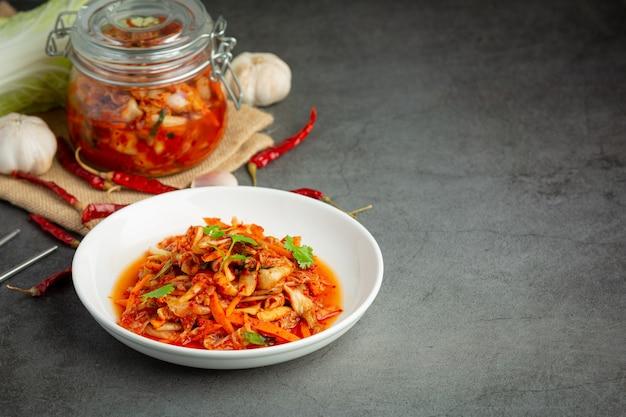 흰 접시에 먹을 준비가 된 김치