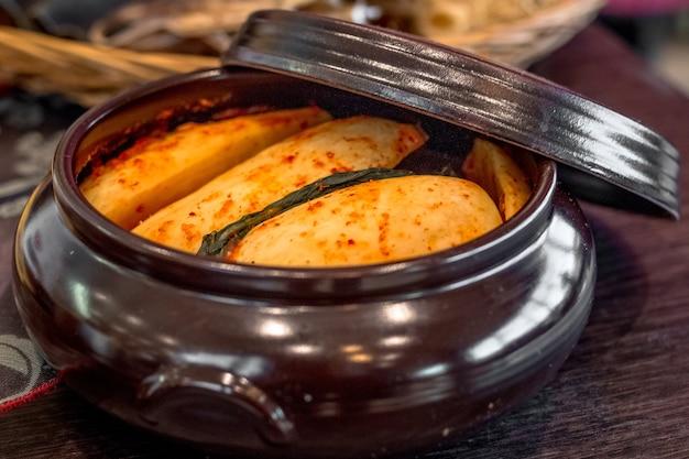 김치전용냄비에 담긴 김치. 매운 고추를 곁들인 배추 장기보관을 위한 국민 한식 요리
