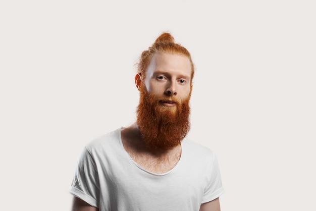 Gentile attraente rosso barbuto hipster isolato