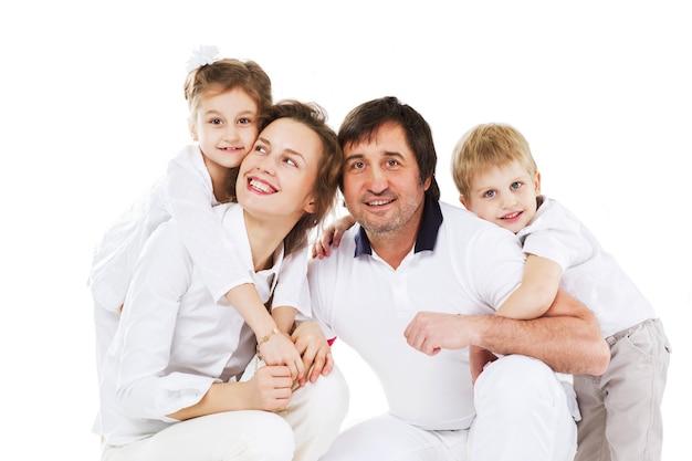 Добрая, счастливая семья отдыхает дома.