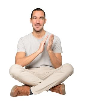 Добрый молодой человек аплодирует жест