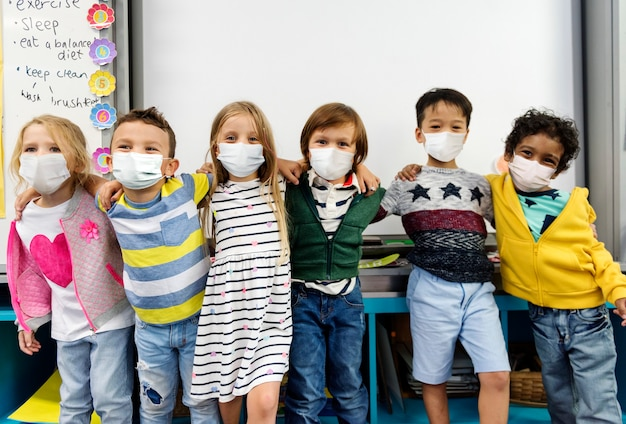 교실에서 마스크를 쓰고 유치원 아이들
