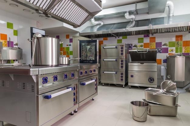 幼稚園。子供のための食糧を準備するためのモダンな設備の整ったキッチン。