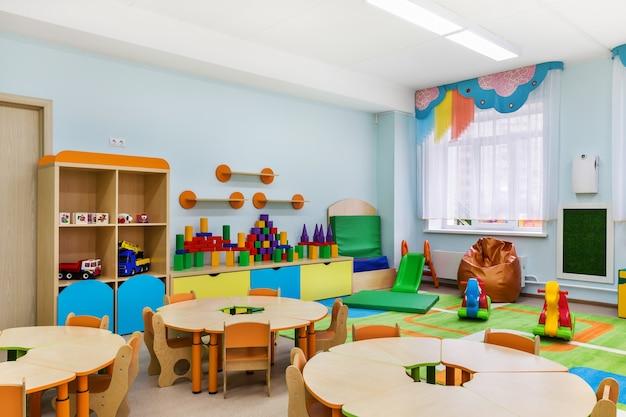 幼稚園、クラスやゲームのための部屋のモダンなインテリア。