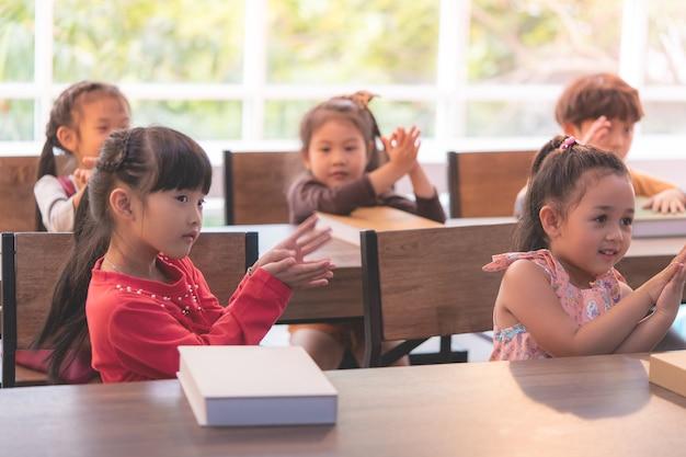 幼稚園の学生が教室でサメを踊っている
