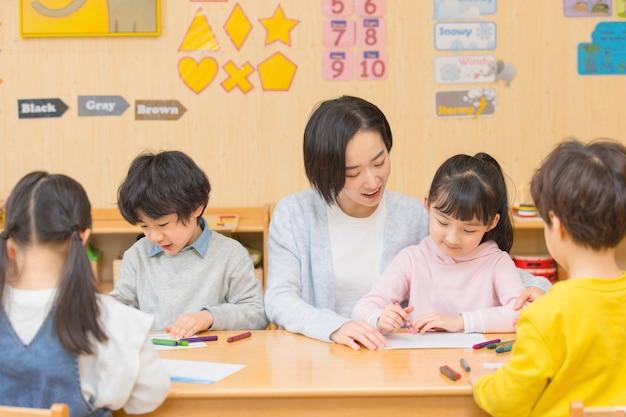 아이들과 노는 유치원 교사