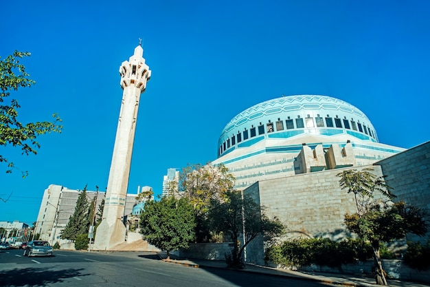 요르단 암만에 있는 압둘라 1세 모스크. 그것은 1982년과 1989년 사이에 지어졌습니다. 현대 모스크입니다. 푸른 하늘 배경에 높은 첨탑.