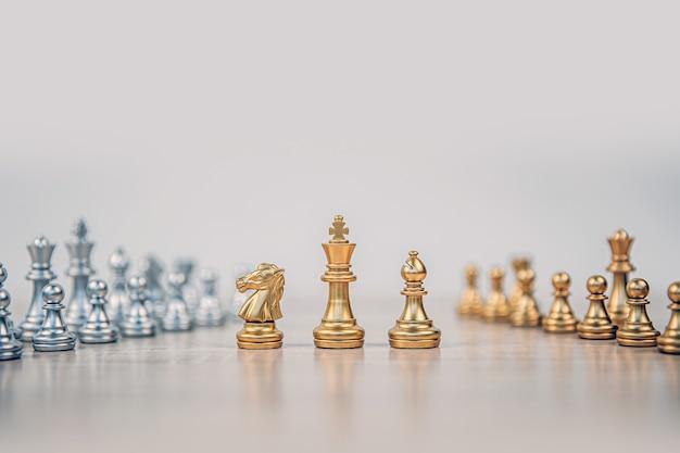 キングとナイトとルークチェスが立っています。