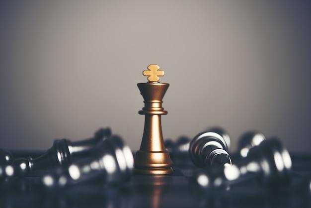 Король и рыцарь шахматной установки на темном фоне. лидер и работа в команде для достижения успеха.