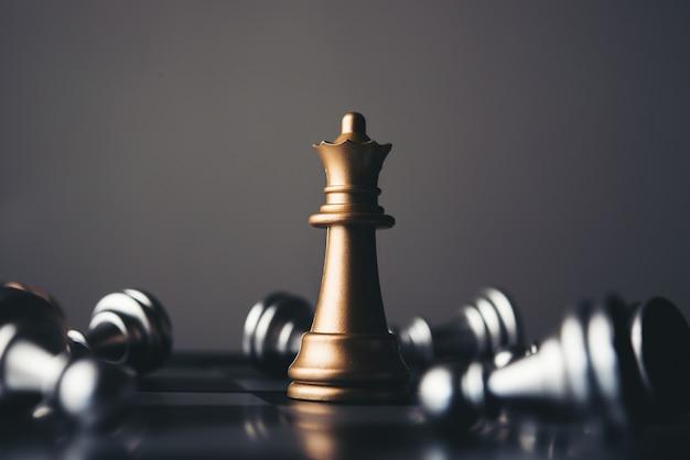 어두운 배경에 왕과 기사의 체스 설치.