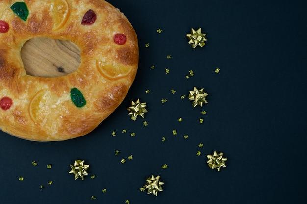 Король торт с рождественским украшением на темном фоне.