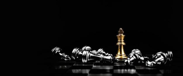 キングチェスは別の落下チェスの真ん中に立っています。