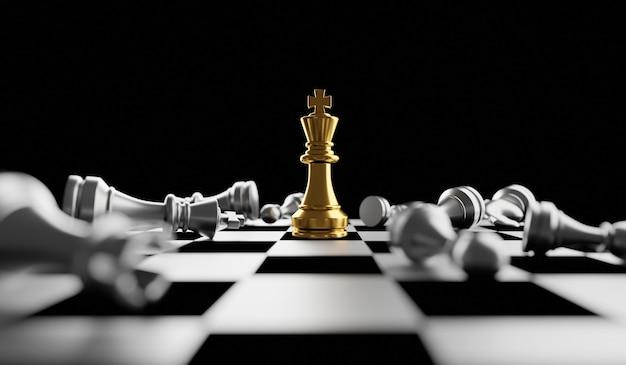 Король золотых шахмат, стоящих на шахматной доске, концепция стратегического плана бизнеса и профессионального лидера