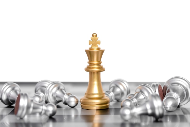チェスの駒の王様がチェス盤で戦います。ビジネスリーダーの概念。白い背景で隔離。クリッピングパス。