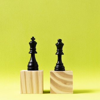 King and queen pieces of chess on wooden cubes