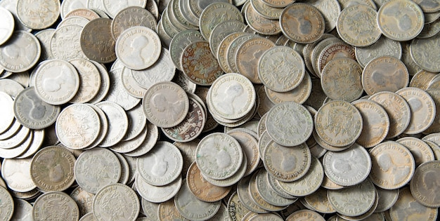 キングラマ9。タイバーツ硬貨。タイのお金。銀貨パノラマバナーの背景