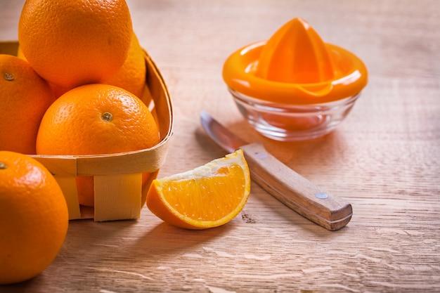 ビンテージボードの食べ物や飲み物の概念に木製のバケツキッチンkinifeのオレンジ