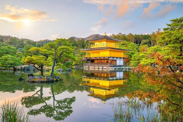 日没時の秋に日本の京都の金閣寺
