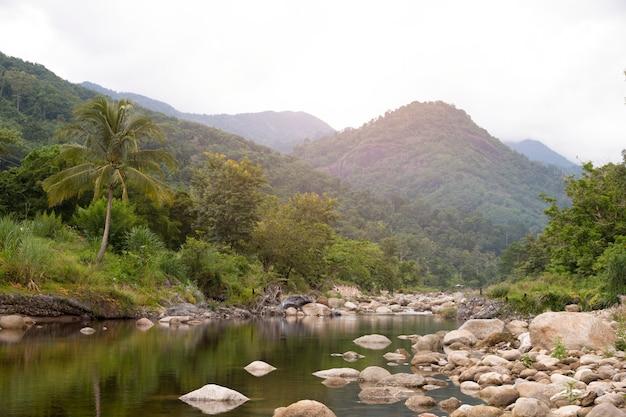 Гора потока воды пропуская на деревне kiriwong, nakorn sri thammarat, таиланде.