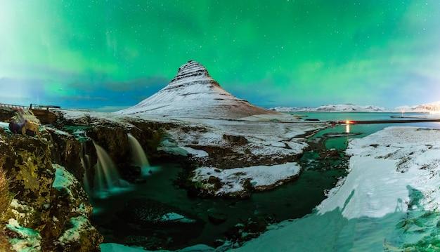 アイスランドのkirkjufell山の上のオーロラのボレアリス