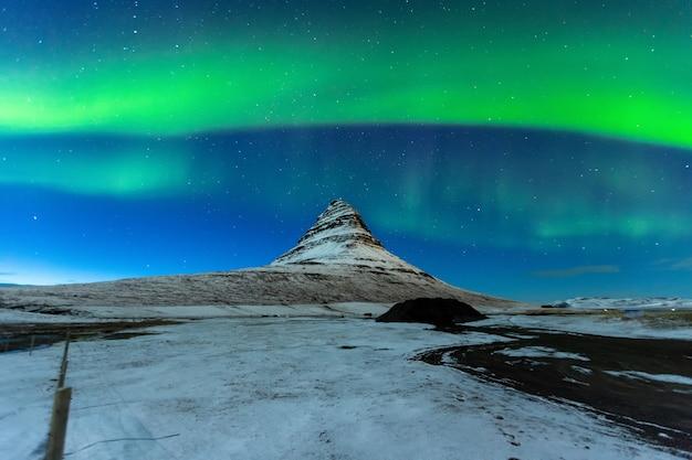 オーロラ・ボレアリス、またはアイスランドのkirkjufell山の上の北の光