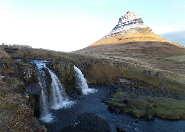 アイスランドのkirkjufellsfoss滝とkirkjufell山