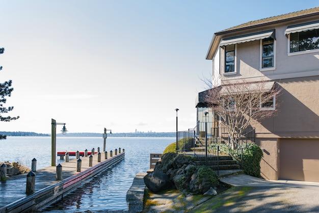 カークランド、ワシントン、米国。晴れた日のワシントン湖の家