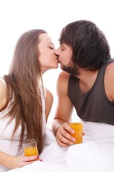ベッドの中でカップルのキス