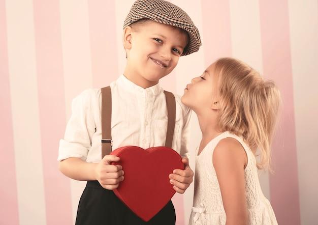 발렌타인 데이에 키스하는 커플