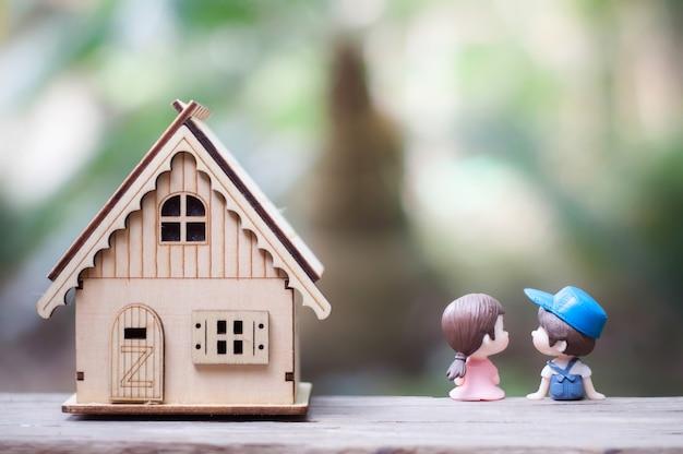 그들의 집 옆에 나무 좌석에 앉아 키스 커플