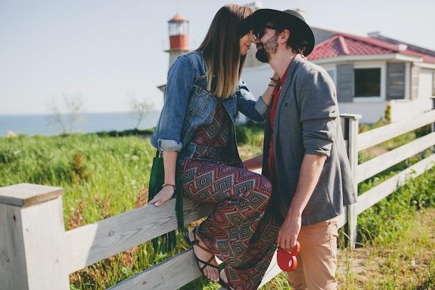 Поцелуи счастливые молодые стильные битник пара в любви поцелуи