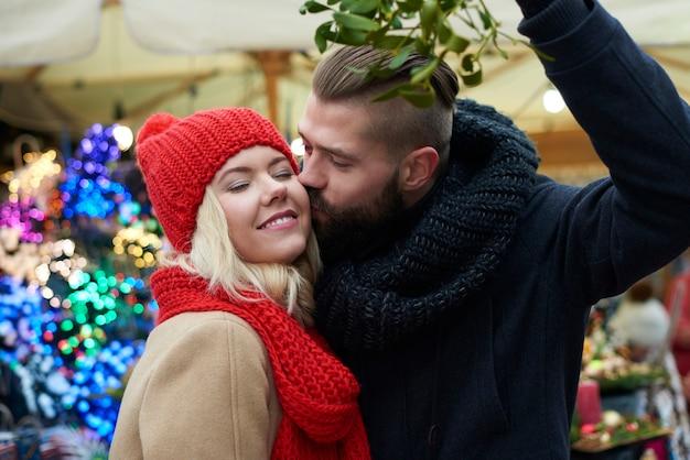 ヤドリギの下でのキスは伝統です