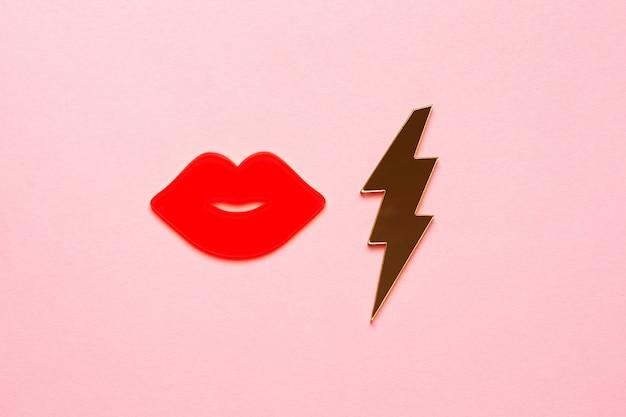 키스 여자 입술은 종이 배경에 핑크색을 빛나게합니다. 복사 공간 인사말 카드 디자인입니다. 매력적인 키스 개체 평면도를 닫습니다