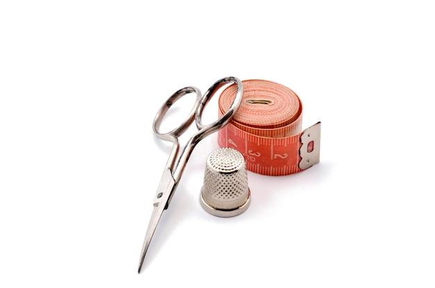 キットは、はさみ、指ぬき、巻尺の裁断と縫製で構成されています