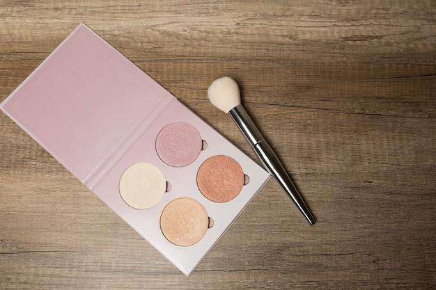 Набор красочных маркеров с кистью для макияжа на деревянном фоне. место для текста