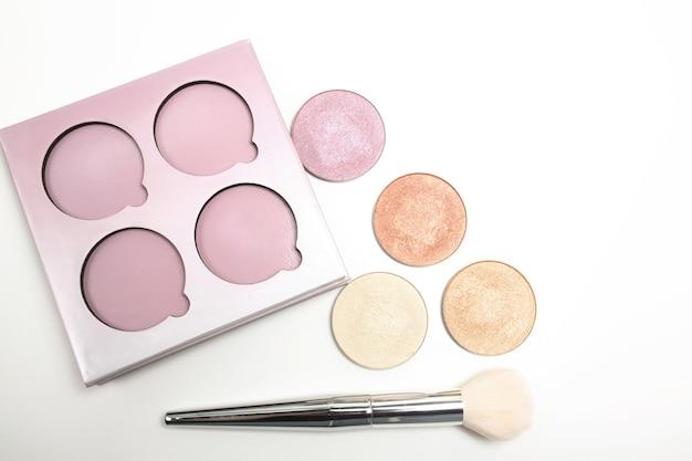 Набор красочных маркеров для макияжа с косметической кистью на белом фоне
