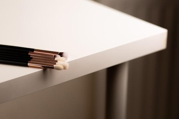 仕事机の上に横たわっているアイシャドウ化粧ブラシのキット。テキスト用のスペース
