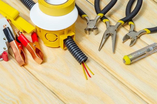 Комплект запчастей и инструментов для электрики на деревянных досках