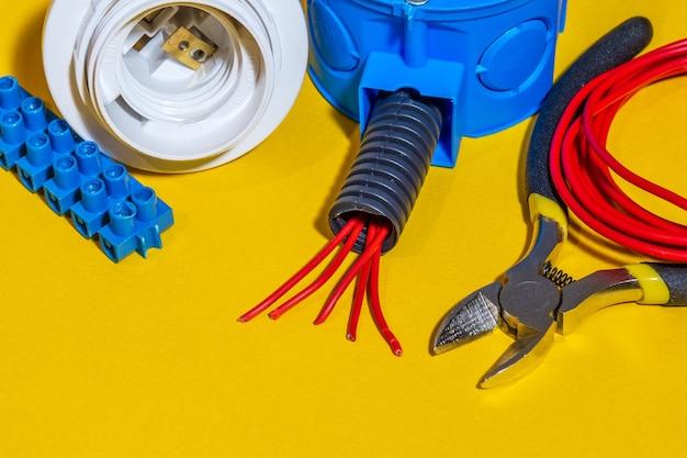 修理または設定の前に準備された電気用のキットスペアパーツとツール、ウィザードは電気技師の修理に使用されます